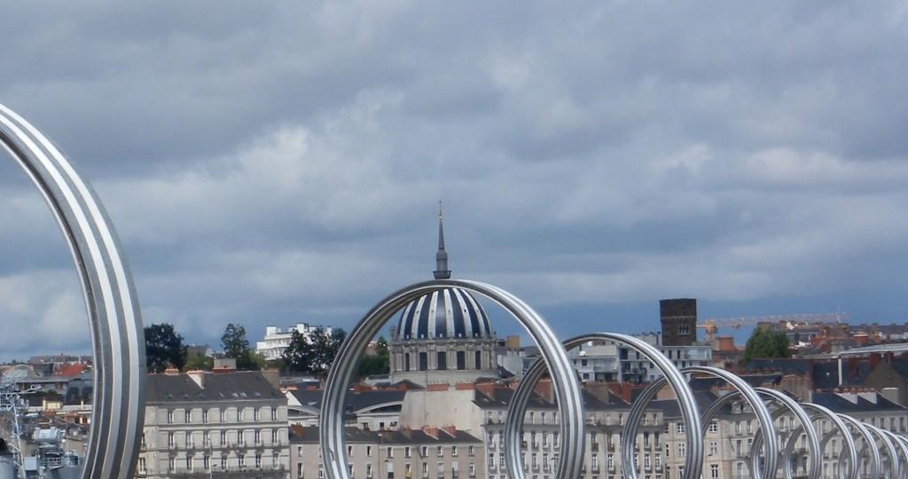 Les anneaux de Daniel Buren et Patrick Bouchain et église Notre-Dame-de-Bon-Port